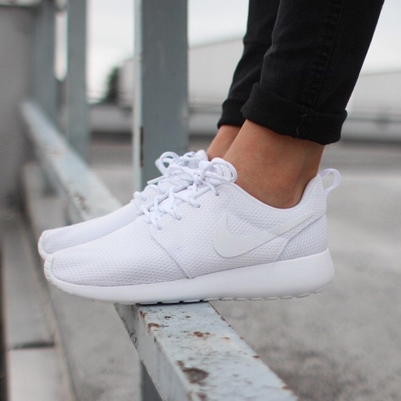 size 40 0d97e 0b875 NIKE ROSHE ONE TRIPLE WHITE ALL WHITE SHOES NWT